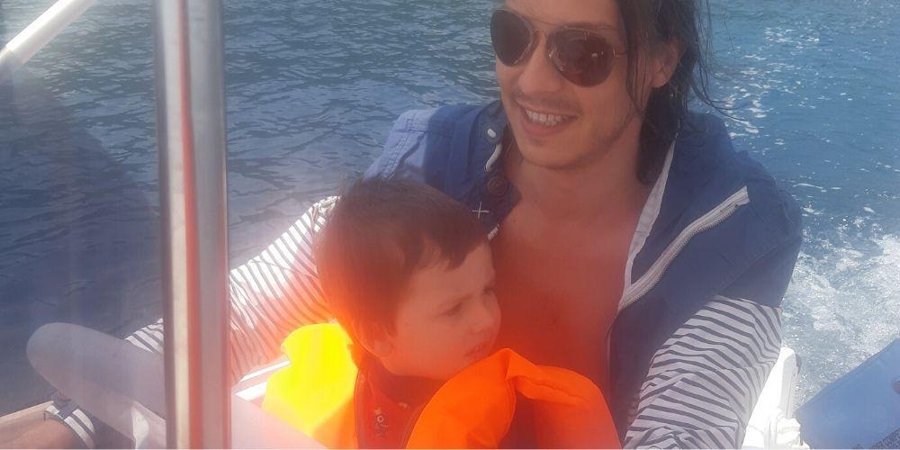 barbat si copil in barca