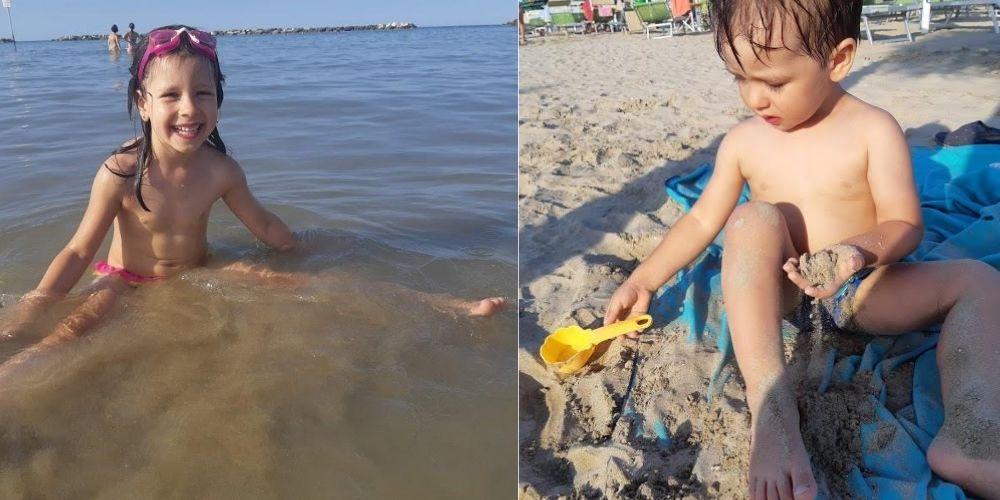 copii jucandu-se pe nisip