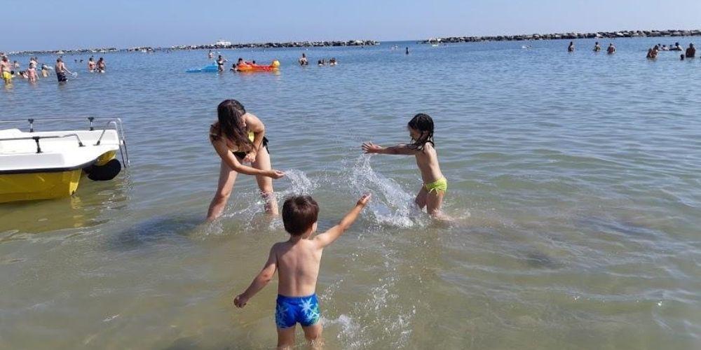 copii jucandu-se in apa
