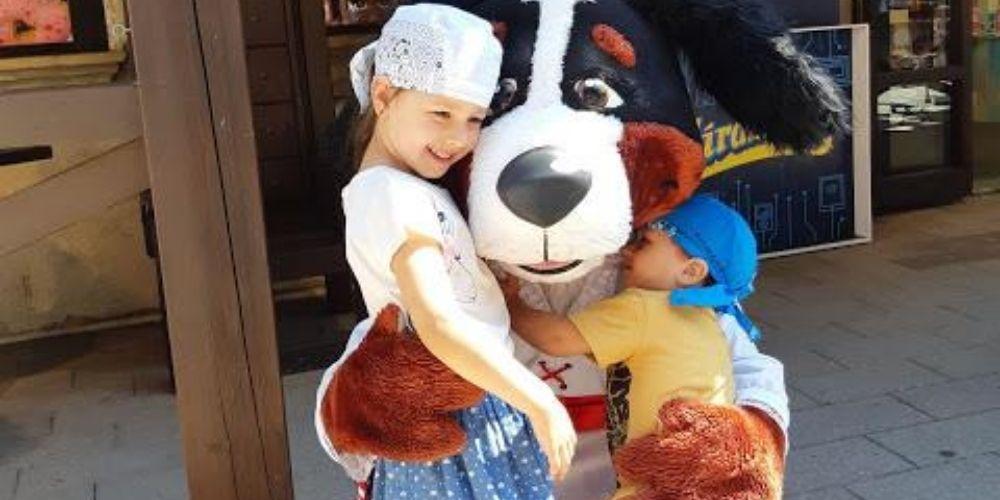 doi copii cu mascota