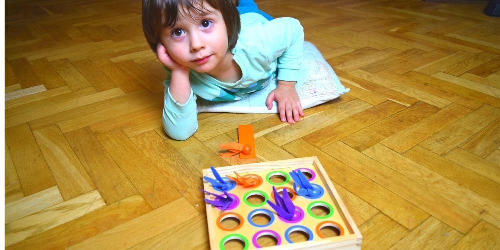 copil care se joaca