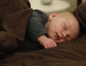 bebe dormind