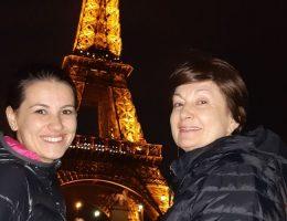 doua femei la turnul eiffel