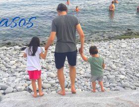 copii cu tata pe plaja